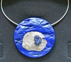 """Monica Ligteringen """"Hanger Nr. 1315"""", blauw kunststofreliëf met zilver en azuriet."""