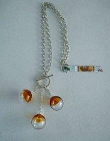 """Lianne Evers, """"Party Balloons"""": collier en kapitelslot van zilver 925 / kapitelslot in opdracht vervaardigd door Marjolin Goudsmid / handgeblazen glazen bellen, 'one of a kind'."""