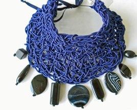 Sheila Westera, Halsstuk, blauwgeweven met diverse vormen stenen agaat, black stone en kunststof.