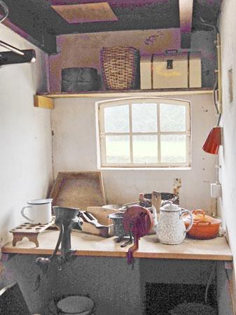 25-453-Kleine keuken-bij gehaktmolen en bovenop plank-2 objecten.