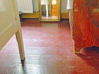 36-478-De Opkamer-op wastafel-aan raam-op vloer-totaal 6 objecten.