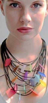Lydia Bremer, Halssieraad van rubber met kunststof-plaatjes.