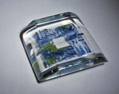 """Beata Mak-Sobota, """"Inkwadranta"""", gekleurd loodglas, met emaille-inleg, vorm gesmolten, gezaagd en gepolijst, 23x23x7 cm, 2010."""