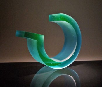 "John Burton, ""Reactive green loop"", 2014, gegoten glas. Prototype gemaakt in de workshop."