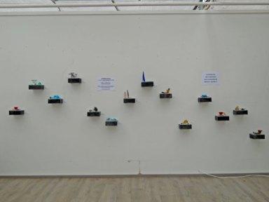Een Wandvol met miniatuurtjes van Martine Knoppert.