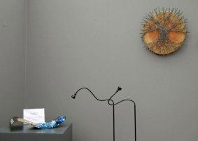 Candida van Nugteren, rechts 'Yggdrasil', 2014, gefused, gebrandschilderd, 45 x 45 cm.
