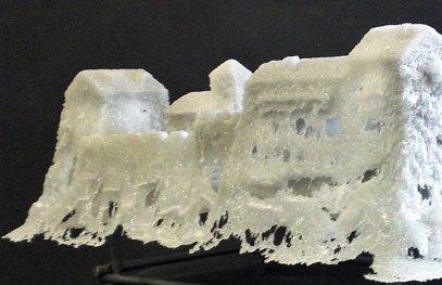 """Sandra Paijmans, """"Kunst of Corso"""", detail, polystyreen, verf, glas, pâte-de-verre en geblazen, touw, metaal, beton. Lxhxd 235x205x350 cm, 2014."""