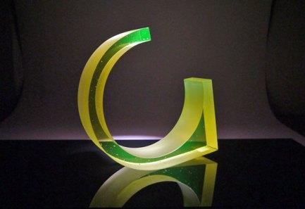 """John Burton, """"Uranium loop"""", 2014, gegoten glas. Prototype gemaakt in de workshop."""