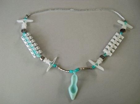 Collier met Miyuki glaskralen, bouwelementen: kroonstrips, holle wandpluggen, moertjes. Jelly Style hoog hakje met Sparkling beads, lengte 75 cm.