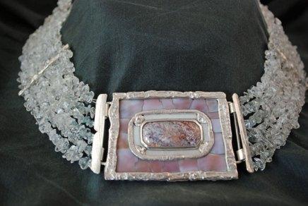 Collier van aquamarijn, zilveren slot met agaat, parelmoeren schelp.