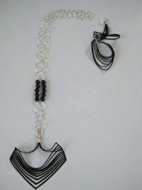 Zilveren Collier met rubber hanger, onyx kralen en 1 bijpassende oorhanger.