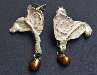 Oorhangers, zilver, met een parel, gesmolten tot organische vorm.
