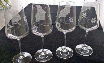 Wijnglas met oprichtend vrouwenhoofd, diamantgravure, hoog 23 cm.