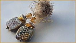 """""""Piedra"""", oorbel met gestempelde e geëtste glaskralen en Lodoliet."""