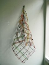 """zonder titel"" Weefkunst Vissnoer/linnen/kokos, 68x70 cm,in puntvorm 105 cm."