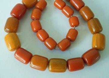 Van Resin-kralen maakt MarEllia bijzondere colliers of armbanden.