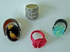 Diverse ringen: antiekzilver, emaille, glasstenen, enz.