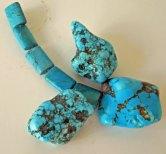 Turkooise-edelstenen zijn een sieraad zowel als hanger als collier.