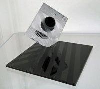 Cube with Chevrons - glassculptuur, kubus 12x12 cm, hoog totaal 20cm.