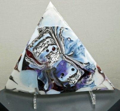 Driehoek- gefused, op perspex steun, 31 x 31 x 36 cm.