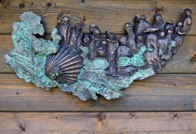 Pelgimage - op weg naar bevrdijding - Brons paneel, 26 x 52 cm.