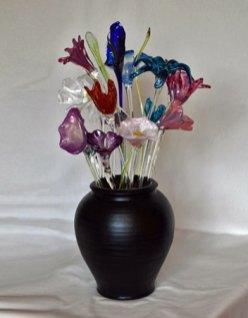 """""""Roos-paars boeket bloemen"""", heet gesculpteerd glas & zwarte vaas met zand, 66 x 37 x 45 cm."""