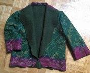 Jasje van groen rose zijden voile - uit Sri Lanka - op groen naaldvilt - maat 38.