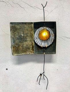 Ateliervondst, glas, blik en staal met led-licht, 30 x 16 xm.