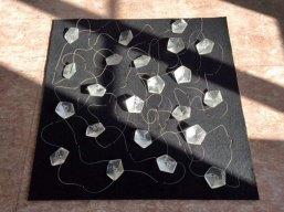 Subconsciousness I, vormgesmolten glas en draadvebindingen op vilt, 100 x 100 x 5 cm.