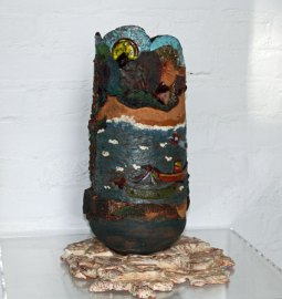 Een reis. Keramisch object op sokkel, hoog 24 cm, doorsnee 18 cm.