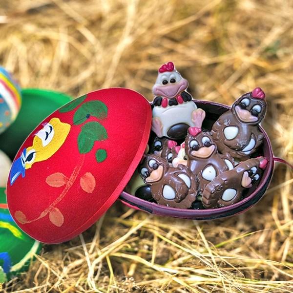 Υφασμάτινο Κόκκινο Παραδοσιακό Αυγό με Σοκολατένιες Φιγούρες Πολυτελείας