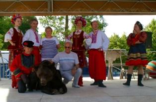 Les Poliakov avec l'ours Micha, entourés d'une troupe de danseurs russes, de la responsable du comité des fêtes et du maire d'Arcis-sur-Aube.
