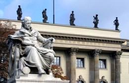 Denkmal Wilhelm von Humboldts vor dem Hauptgebäude. Paul Otto: Wilhelm von Humboldt, 1883, Marmor. Foto: Heike Zappe, Referat Öffentlichkeitsarbeit