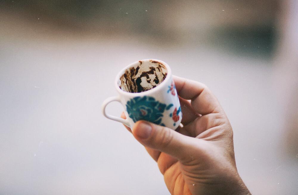 707a539f9456126 Даже для отъявленных кофеманов турецкий кофе — это не самый обычный опыт.  Крошечная чашечка может быть настолько убийственно крепка, что стакан воды,  ...
