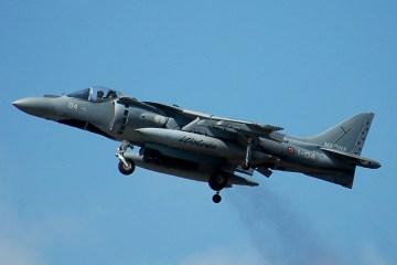 foto del decollo verticale degli harrier della marina militare
