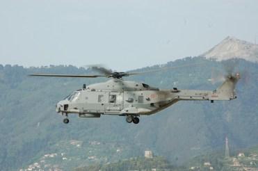 foto dell'sh90 della marina militare