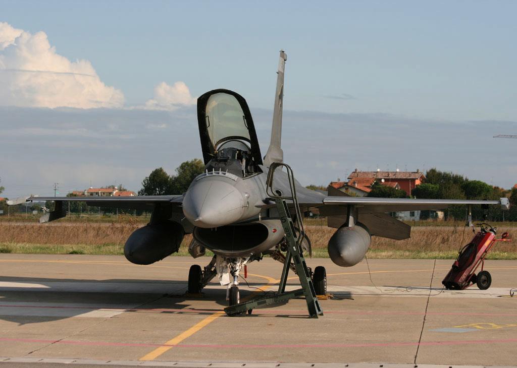 foto dei caccia F-16 italiani