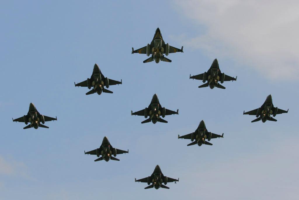 foto dei caccia F-16 aeronautica militare