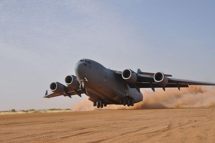 SAC C-17 Globemaster III decolla da pista in sabbia semi-preparata in Mali