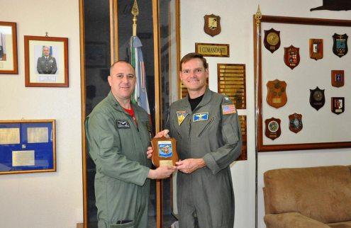 Consegna-crest-al-Capt-Dennis