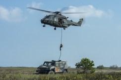 air Personale del 66 Reggimento Aeromobile nell'esecuzione di una discesa in fast rope