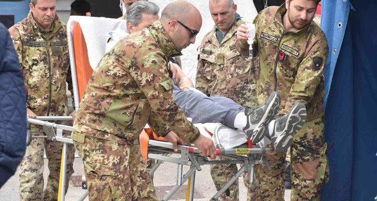 Le-squadre-di-pronto-intervento-soccorrono-i-feriti