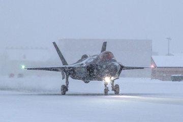 F-35 test invernali su pista ghiacciata