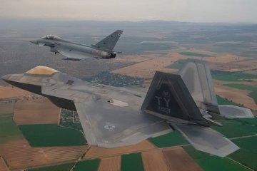 F-22 americani si addestrano con gli Eurofighter spagnoli