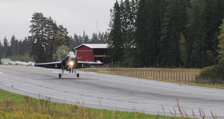 Finnish Air Force F-18 Hornet atterraggi e decolli da tratto autostradale