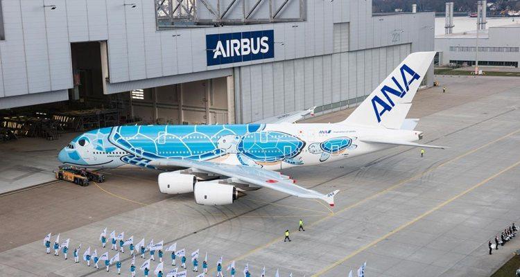 Primo Airbus A380 di ANA All Nippon Airways esce dalla linea di verniciatura con una livrea special color