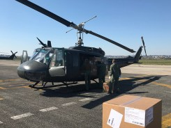 3. Il personale dell'AVES carica i DPI su elicottero UH-205A del CAAE