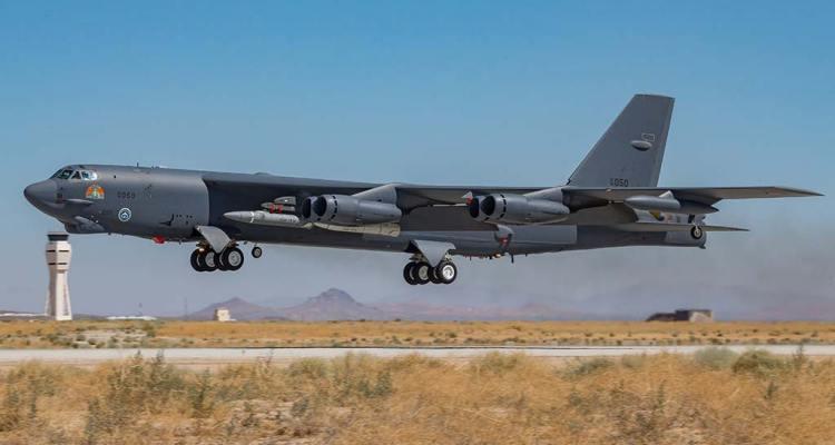 B-52H con missile ipersonico AGM-183A