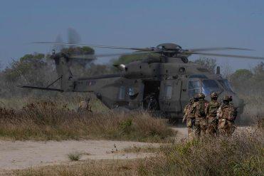 8---Reimbarco-della-fanteria-aeromobile-su-UH-90