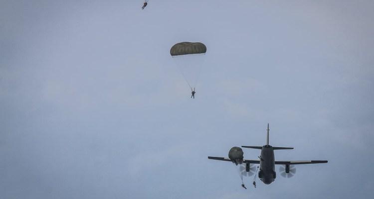 Lancio della Folgore da velivolo C-27J Spartan